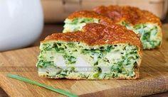 Slaný dort s kuřecím masem, zelenou cibulkou a sýrovou krustou