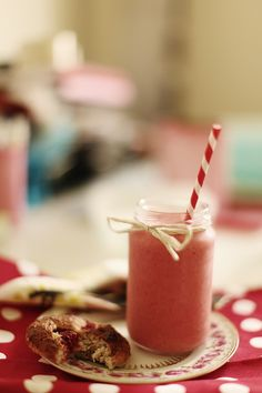 Smoothie in a jar. Love this idea, would love to use it at a party, drinks with jars and straws.