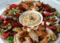 Deze Griekse saladeschotel is ook weer zo'n topsalade. En prima geschikt als maaltijdsalade of lunch. I.p.v. kip kun je trouwens ook gehaktballetjes erbij doen, ook lekker! O en laat je niet verleid