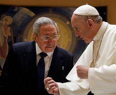 El papa Francisco conversa con el presidente cubano Raúl Castro durante una audiencia privada en el Vaticano, el domingo 10 de mayo de 2015. La visita está relacionada con el papel fundamental del pontífice en el histórico acercamiento entre EEUU y Cuba, así como con la visita que realizará Francisco a la isla en septiembre.