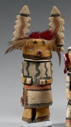 Kachina aux oreilles dentelées Hopi, Arizona, U.S.A. Bois, pigments, plumes,