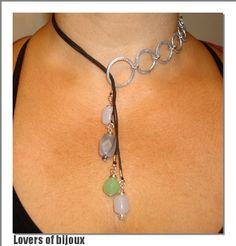 181/34 collana girocollo realizzata completamente a mano, costituita da alluminio martellato, cordone cerato, perla agata grigia e perle di vetro. Handmade, fatto a mano, made in italy