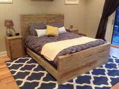 tête de lit palette bois brut, table chevet assortie, tapis graphique en blanc…