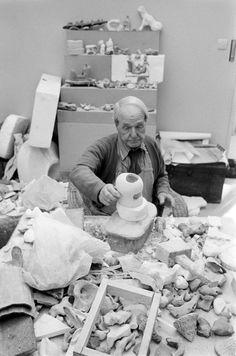 HENRY MOORE, 1977  in his studio