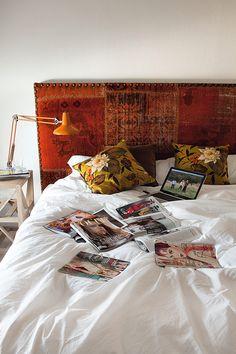 loving that antique carpet d.i.y. headboard ... Le style bohème festif de Luis Galliussi - La ferme d'Eugenia Silva à Estrémadure