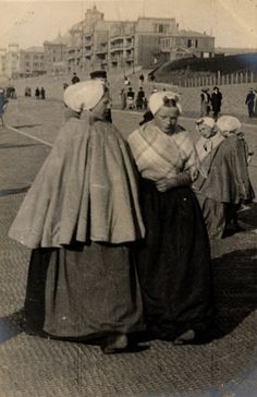 Street fashion in Scheveningen, Holland, April 1906
