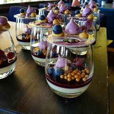 Blueberry, Dulcey and Cardamom Desserts In A Glass, Fancy Desserts, Gourmet Desserts, Dessert Recipes, Delicious Desserts, Yummy Food, Desserts For A Crowd, Dessert Presentation, Elegante Desserts