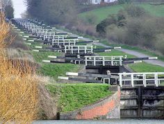 A total of 29 locks formes the Caen Hill Flight. They cover a rise of 72 m in km on the Kennet and Avon Canal. You can find these canal locks in Devizes in Wiltshire, England.