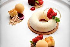 Kalle Bengtssons dessert: Champagnemousse med persikopannacotta, hallongelé, mandelkaka och rostad vit choklad