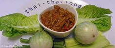 Die scharfe thailändische Chili Paste ist bei vielen thailändischen Gerichten immer mit dabei. Original thailändisches Nam Prik Ong Rezept. Chili Dip, Dips, Cabbage, Vegetables, Thailand, Food, Thai Dishes, Easy Meals, Kochen