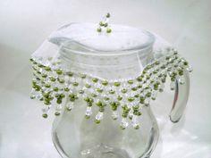 Cobre taças, cobre jarras com tecido em organza de 15 cms bordado com pedras acrílicas transparentes e miçangas de cristal verde oliva. O bordado mede mais cerca de 8 cms.    Acima de 3 unidades, ganhe desconto de 5%.