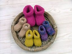 selbstgestrickte Babypuschen, Babyschuhe by wolloholiker.de self-made baby showers, baby shoes by wolloholiker. Knitting For Kids, Baby Knitting, Crochet Baby, Baby Showers, Knitting Patterns, Crochet Patterns, Handmade Baby Clothes, Baby Hands, Baby Vest