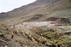 La presa construida por el proyecto para alimentar el sistema de riego de Rumi Corral, antes de que se llenara de agua.