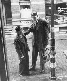 De reus van Rotterdam. Mijn vader heeft hem nog gekend. ik heb die dezien in 1951 , toen wij in rotterdam waaren onze buirman af te zien naar canada , ik was 11jaar oud hij was een geweldige groote mens !!