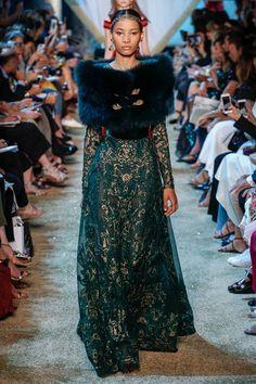 Guarda la sfilata di moda Elie Saab a Parigi e scopri la collezione di abiti e accessori per la stagione Alta Moda Autunno-Inverno 2017-18.