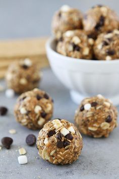 S& Energy Bites. Smores Energy Bites are an easy no-bake snack that only take 10 minutes to make. Kids and adults love these high protein energy balls! No Bake Snacks, Easy Snacks, Snack Recipes, Dessert Recipes, Free Recipes, Easy Recipes, Desserts, Oatmeal Energy Bites, Panna Cotta