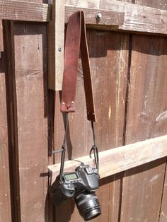 Simple Leather Camera Strap Distressed Brown por ThrowingSilver