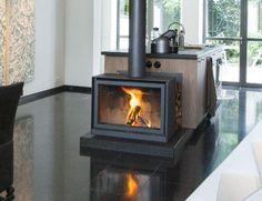 Moderne vrijstaande vierkante kachel in de keuken | Profires partner Jos Harm · inspiratie voor sfeerverwarming