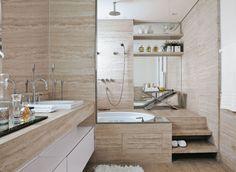 banheiro de marmore travertino romano polido e estucado. Detalha revestimento banheira com tampa de inpeçao do motor no mesmo material.
