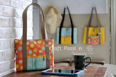 Free sewing pattern of a bag for tablet devices, eg. iPad, Kindle, Note, also great for books to bring out during coffee & tea time. With or without zipper.