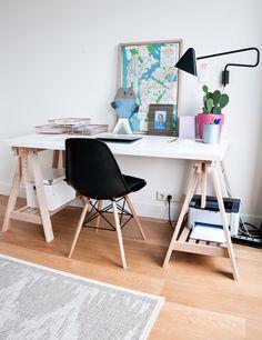 Het bureau is van IKEA, het kleed van Wehkamp, de stoel is een Eames lookalike