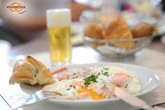 Leckeres Frühstück mit Schinken, Ei und ofenfrischem Gebäck!