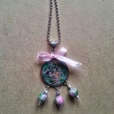 Bijou de créateur ,douceur de sautoir shabby chic de vert et de rose, sur chaîne à billes métal argenté, cabochon rond