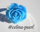 Bague argentée et fleur bleue  Jolie bague argenté et cabochon fleur en résine bleue. Anneau ajustable.  Sans nickel  Modèle unique. Cet article sera livré dans une pochette organza. Emballage cadeau possible sur simple demande.  Matériaux utilisés : Métal argenté , Résine