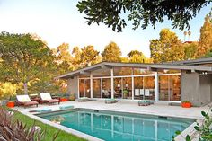 16 Marvelous Mid-Century Swimming Pools For The Summer Season 16 Marvelous Mid Century Swimming Pool Mid Century Ranch, Mid Century House, Swimming Pool Designs, Swimming Pools, Palm Springs, Fresco, Bungalow, Moderne Pools, Mid Century Exterior