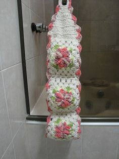 Porta papel higiênico. Espaço Suka. Crochet Decoration, New Things To Learn, Bathroom Sets, Ladder Decor, Crochet Projects, Tatting, Diy And Crafts, Knit Crochet, Crochet Patterns