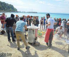 Sanat Sahilde!  Seramik çalıştayı çerçevesinde hazırlanan seramikler, Pine Bay sahilinde fırınlanıyor...  Art on the beach!   The ceramics which prepared under the scope of the ceramic workshop, baking on the Pine Bay beach...