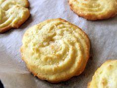 fursecuri cu unt si cocos 6 Romanian Food, Cookie Recipes, Biscuits, Caramel, Food And Drink, Sweets, Cookies, Unt, Desserts