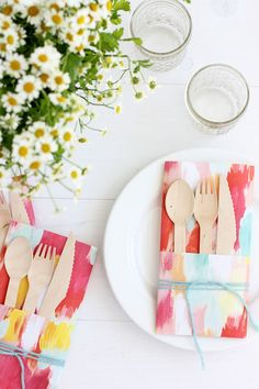 Add a little splash of color to your next summer BBQ or picnic with our latest DIY for minted. Learn how to make a DIY paper utensil envelope! Diy Craft Projects, Diy And Crafts, Paper Crafts, Craft Ideas, Do It Yourself Inspiration, Diy Home, Home Decor, Diy Papier, Festa Party