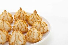 Congolais au thermomix. Le congolais, ou parfois rocher coco, est une petite pâtisserie à texture granuleuse et moelleuse. Une recette simple et facile à réaliser au thermomix.