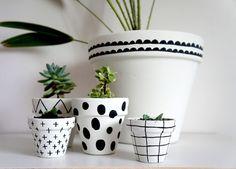 DIY PAINTED TERRACOTTA POTS Painted Plant Pots, Painted Flower Pots, Painting Terracotta Pots, Vasos Vintage, Flower Pot People, Pottery Painting Designs, Flower Pot Crafts, Ceramic Planters, Clay Pots