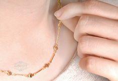 Mit so viel Sonne bist du immer mit positiver Energie geladen! Die Halskette hat in Abständen von ca. 2 cm kleine Sonnen eingearbeitet, die alle einenDurchmesser von ca. 5 mm aufweisen. Das kleine Verbindungs-Stäbchen zwischen den Sonnen, weist eine Verzierung auf undfunkelt dadurchsehr schön. Die Halskette gibt es in verschiedenen Längen, die du im Dropdown Menü wählen kannst.