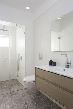 Metallic Tiles Bathroom Design Ideas, Pictures, Remodel and Decor Master Bathroom Shower, Bathroom Plans, Upstairs Bathrooms, Washroom, Bathroom Ideas, Contemporary Shower, Contemporary Bathrooms, Glitter Bathroom, Bathroom Tile Designs