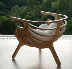 une chaise en bois avec design moderne