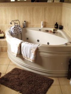 Corner tub deep soaking bathtubs for small bathrooms Bathtubs For Small Bathrooms, Small Bathtub, Bathroom Tubs, Bathroom Ideas, Small Soaker Tub, Bathtub Shelf, Black Bathtub, Outdoor Bathtub, Bathtub Tile