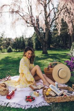5 Perfect Summer Outfits for Every Activity: Summer Outfit Inspiration 5 Perfect Summer Outfits for Every Activity - yellow sundress, flowy summer dress, straw tote, straw hat // Notjessfashion. Picnic Photography, Photography Poses, Picnic Date Outfits, Party Outfits, Vegas Outfits, Birthday Outfits, Birthday Dresses, Flowy Summer Dresses, Teen Dresses