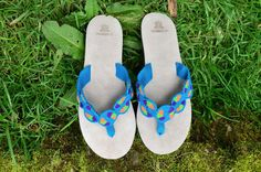 "Typical Wayuu Indian footwear called ""Wayrenas."" Handmade by a member of this tribe with a design called ""Disk"". www.colombiart.co Buy Shoes, Women's Shoes Sandals, Flip Flops, Footwear, Indian, Handmade, Stuff To Buy, Design, Fashion"