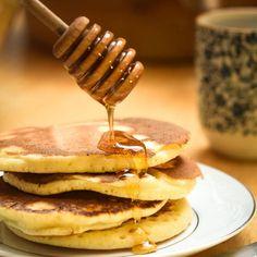 É só servir com mel, frutas, Nutella, iogurte... Tem receita melhor pra uma manhã de terça-feira? Ou sexta? Sábado, talvez? Ok, pra semana inteira?! How To Cook Pancakes, Pancakes And Waffles, Good Food, Yummy Food, Chocolate, Finger Foods, Food Hacks, Sweet Recipes, Food To Make