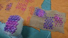 1. kokeilu: kuplamuovilla painaminen. Totesimme, että maalia ei saa olla liikaa. Teimme aluksi kokeiluja oranssille nahalle, mutta se erosi lopullisesta materiaalistamme väriltään liikaa ja vääristi maalin väriä.