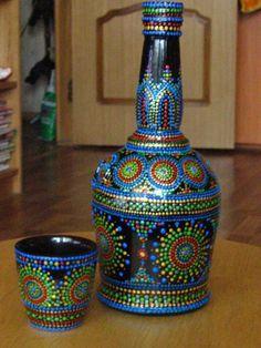 puntillismo, dot art, point to point Glass Bottle Crafts, Wine Bottle Art, Diy Bottle, Bottles And Jars, Glass Bottles, Photo Bougie, Dot Art Painting, Glass Painting Patterns, Mandala Painting