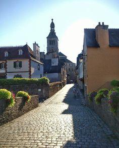 Una maravillosa casualidad me devuelve de callejeo por los pueblos bretones que me enamoraron este verano. Nada como un buen libro para viajar... / Travelling again with Jean Luc Bannalec's books... #jeanlucbannalec #quimperle #bretagne #roadtripverano2016