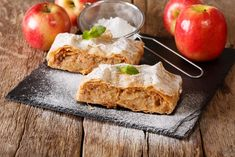 Apples are the treats of autumn. Both green and red are delicious, especially when baked in pies, pies, chips or shovels. These healthy apple desserts are quick, easy and safe to satisfy. Austrian Cuisine, Healthy Apple Desserts, German Sausage, Fruit Sauce, Savory Pancakes, Fluffy Pancakes, Chocolate Shavings, Afternoon Snacks, Street Food