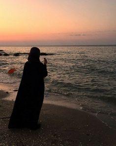 Hijabi Girl, Girl Hijab, Tumblr Photography, Girl Photography Poses, Islamic Girl Pic, Hijab Hipster, Profile Pictures Instagram, Girl Hiding Face, Arab Girls Hijab