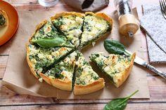 En spinattærte er et godt bud på en sund frokost, der på samme tid er mættende og velsmagende grundet hytteost og champignon.