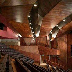 Lyric Theatre Belfast, em Belfast, Irlanda do Norte. Projeto do escritório O'Donnell & Tuomey Architects. #architecture #arts #arquitetura #arte #decor #decoração #decoration #design #interiores #interior #confort #conforto #madeiraeconforto #madeira #projetocompartilhar #shareproject