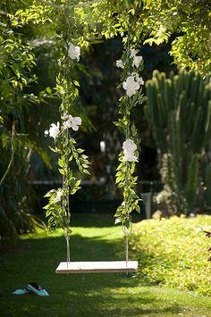 De madeira de demolição e cabo de aço, o balanço produzido por Claudia Regina, do ateliê La Calle Florida, leva flores artificiais